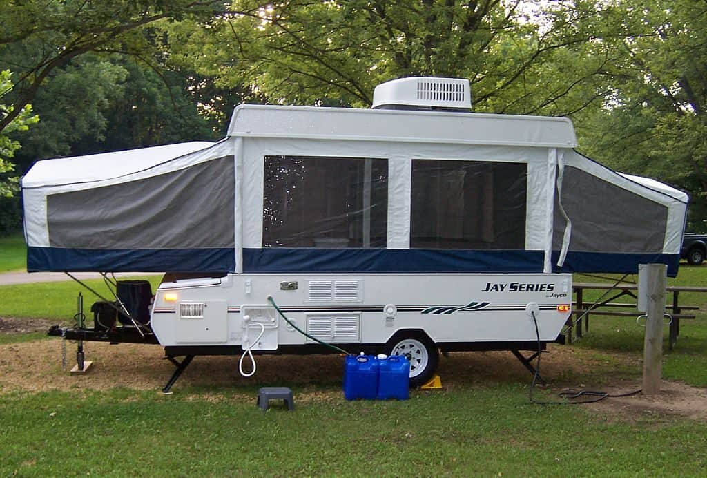 Back side of a Jayco 1006 pop-up camper trailer supported by stabilizer jacks | Photo by Korey99